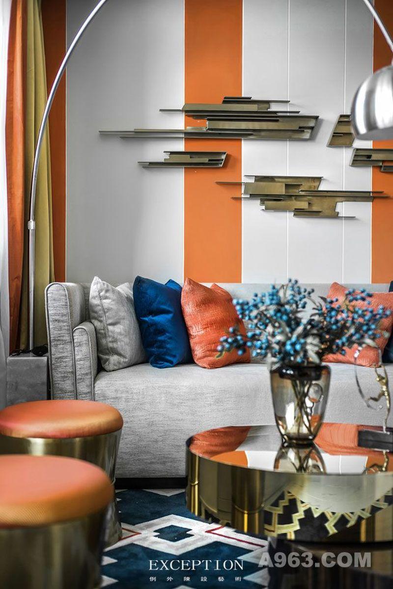 客厅 橙色的跳跃与璀璨的金色,嵌入一丝高级灰的沉稳,似锡纸包藏的甜橙味巧克力,慢慢剥开的那一刻,美好也随之溢出来。