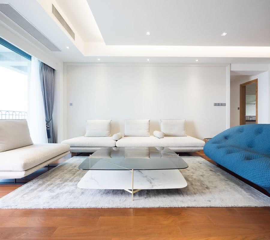 客廳以白色搭配原木色為基調,不同層次的藍色調和材質質感既點綴空間氛圍同時提升層次和品質感。Living room is based on white and wood color. The different levels of blue tone and texture of the material not only embellish the space atmosphere but also enhance the level and quality.