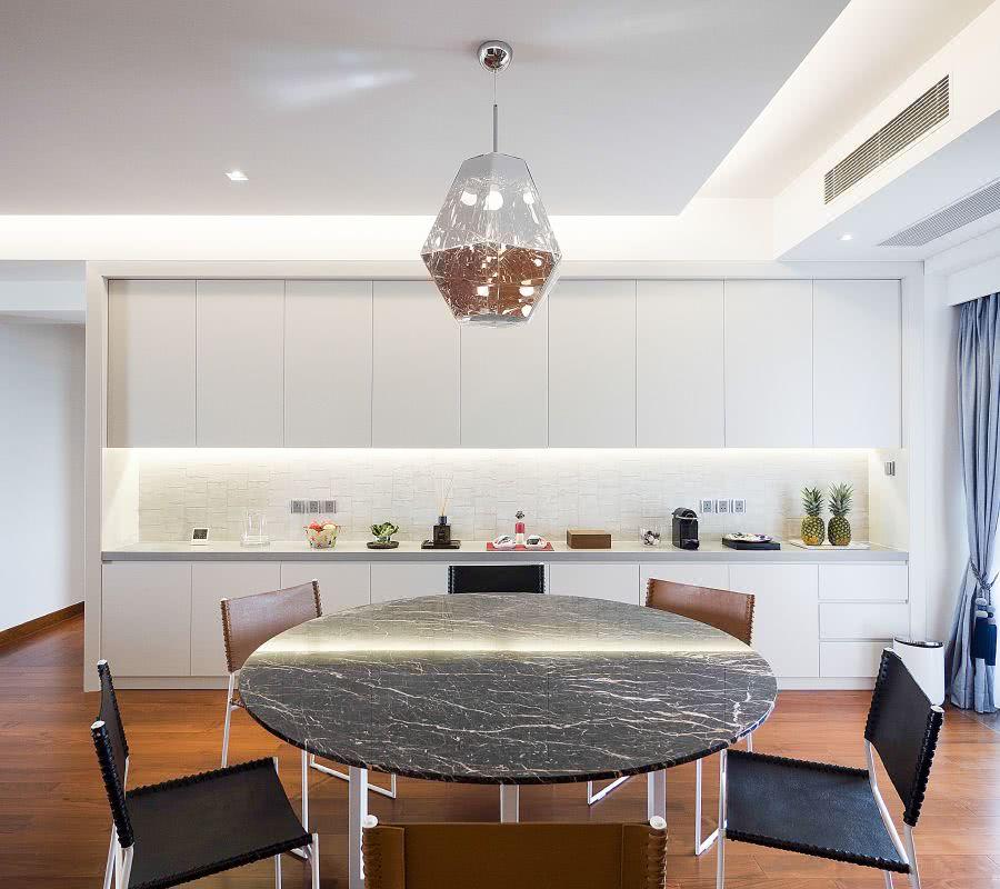 餐廳的吊燈和餐臺不同紋理材質碰撞讓空間的視覺衝擊散發出一股獨特的藝術感。The chandeliers of the dining room and the different texture materials of the dining table make the visual impact of the space exude a unique artistic sense.