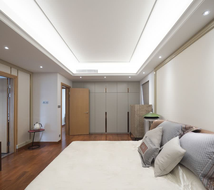 主人房運用了白色搭配原木色為主要搭配手法,細膩的木飾面和白色的搭配,讓空間呈現出溫暖和安寧的氛圍。The master room uses white and wood color as the main matching method, and the delicate wood veneer and white match make the space a warm and peaceful atmosphere.