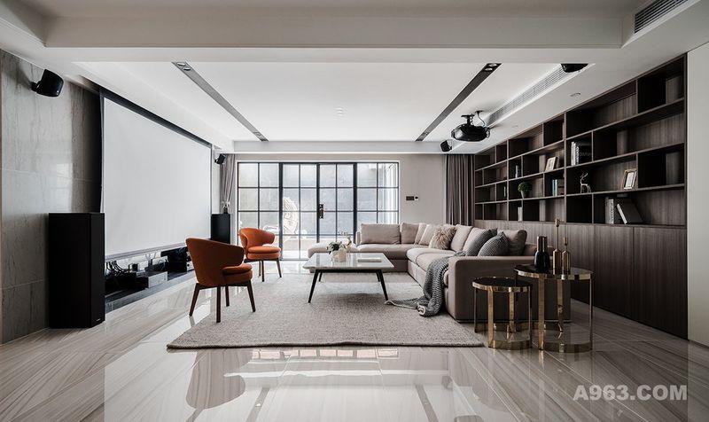 为了增加影音室功能性,沙发背景墙在德禄定制了满墙书柜,代替传统装饰画设计。三层书架左右错落设计,隔板与背板留有一定距离,当光线透过书架,视觉层次感非常丰富。得益于地下室开间较大,沙发与书架也是留有一定空间的,方便日常阅读取阅。