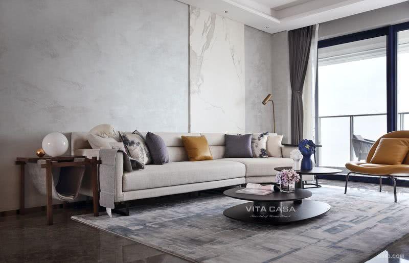 客厅摒弃了繁冗,适当的留白给了我们更多思考的空间,低调的灰色系雅致、大气,窗外正值雨后雾起,室内外呼应,给室内引入别样的新意,在快节奏的喧嚣生活中,让人静下心来,享受家中安静的美好。