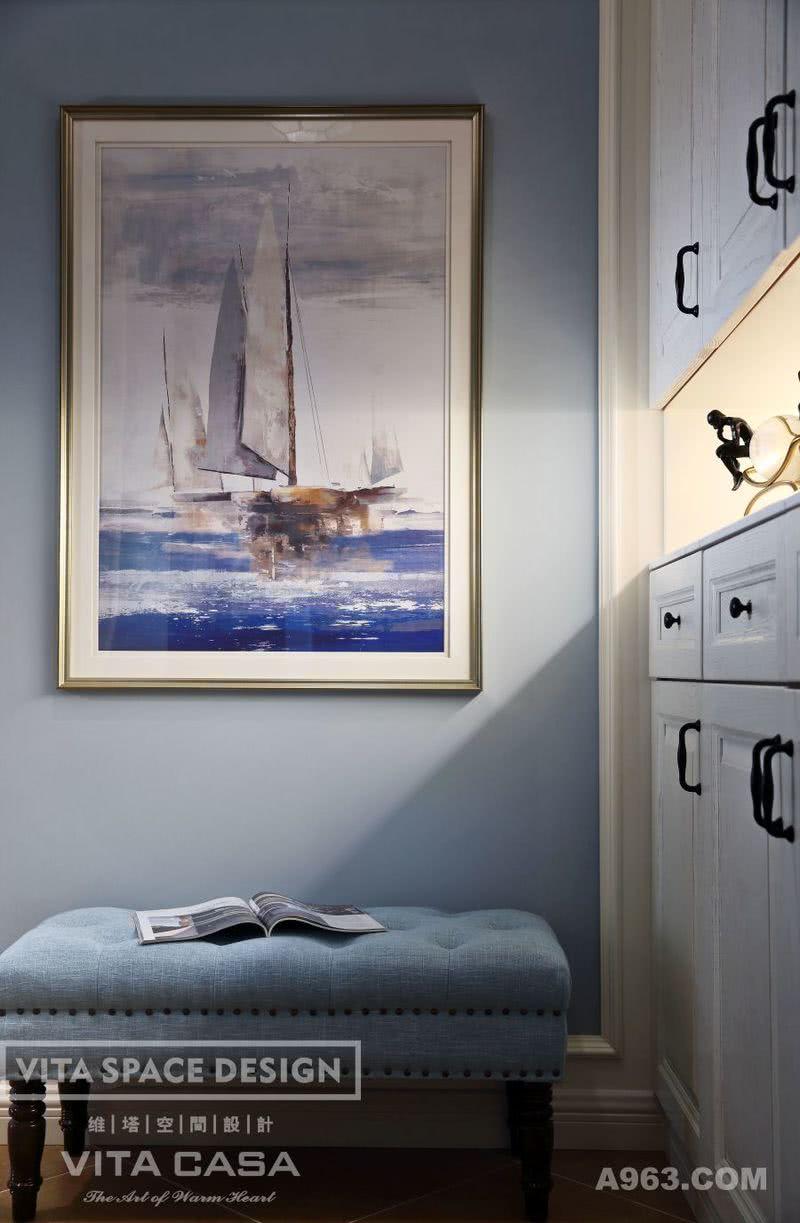 玄关作为进入家的第一印象,,蓝色的抽象画更具有张力,体现了空间品位,玄关柜既满足储藏鞋衣物的功能,收纳柜上的摆件无形展现了精致感,简洁不失美感。