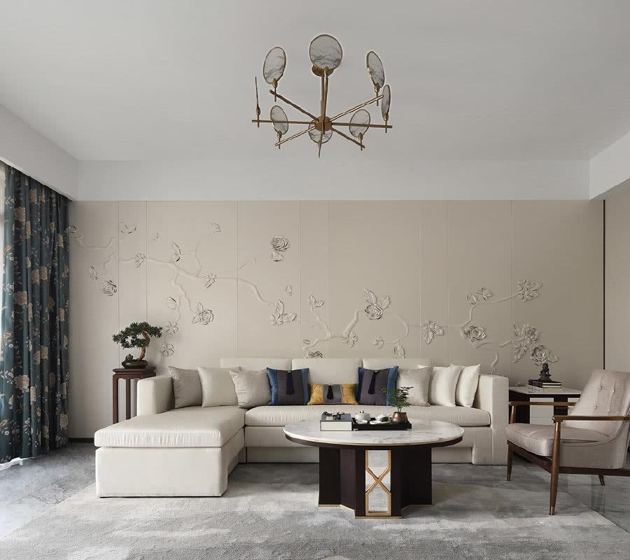 光泽细腻的皮质沙发、高贵典雅的沙发抱枕、低调精致的艺术盆景,与空间氛围和谐呼应。古铜色的单人椅、花器作为点缀色,又与大面积的白形成冷暖对比。家具的组合及明暗有序的色彩,就此为简约空间增添了独特的层次感。