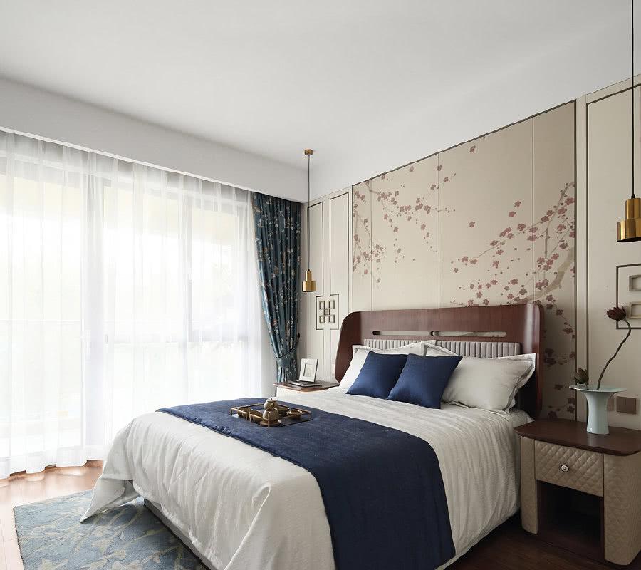 整个主卧给人清新淡雅的视觉感受,无论是床品、床边桌还是花器,都呈现极具优雅的传统东方美学,彰显了主人的艺术品味。