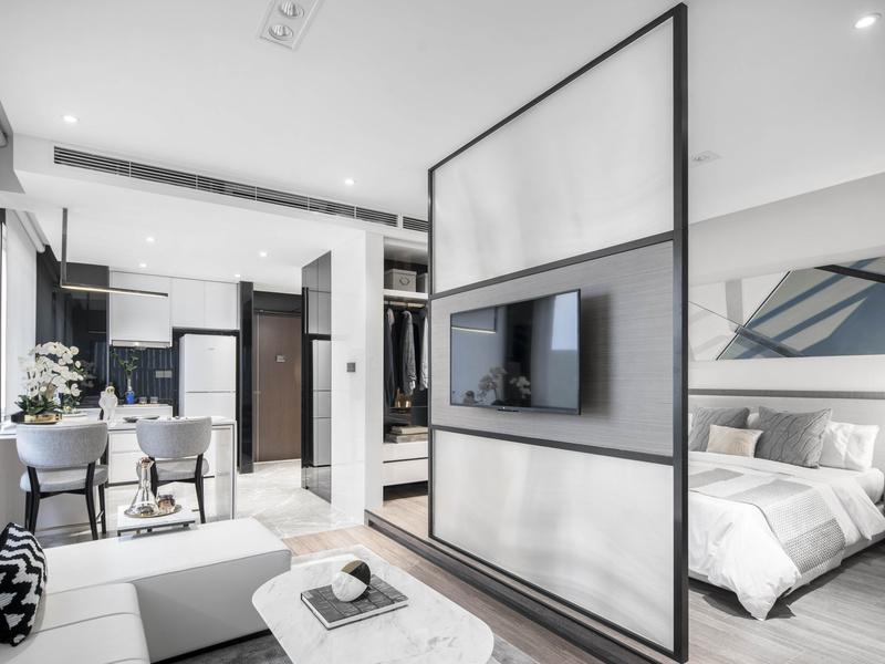 此户型为套房空间,设计师运用几何概念将方正空间破局,视空间为一座方形盒子,盒子的中轴线规划为开闭式的电视墙,卧室区经由玻璃材质的穿透感营塑空间层叠的趣味性。
