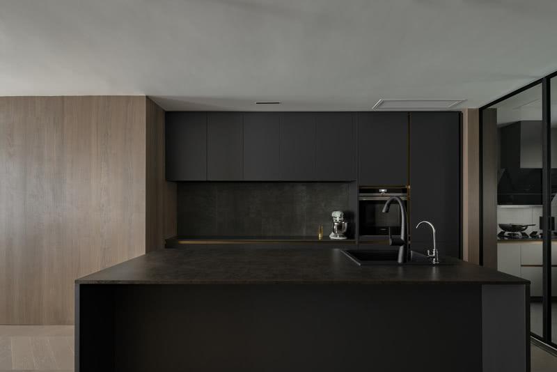 嵌入式冰箱和烤箱放置一起,副台的设置与岛台同时使用增加更多操作空间、置物空间。