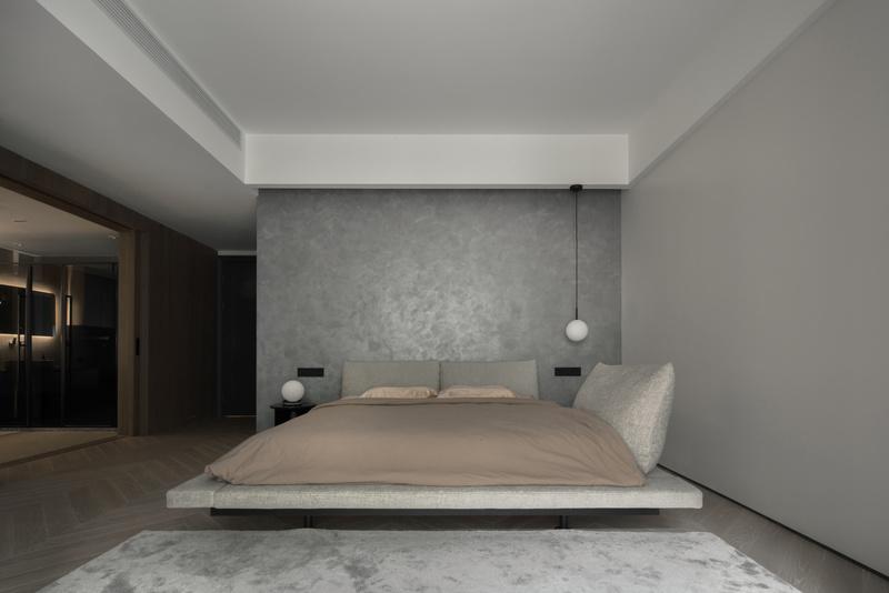 到卫生间的方向没有设置吊灯,起床时不会有动线上的遮挡。延续了客厅的鱼骨地板,与墙面采用了内凹踢脚线。