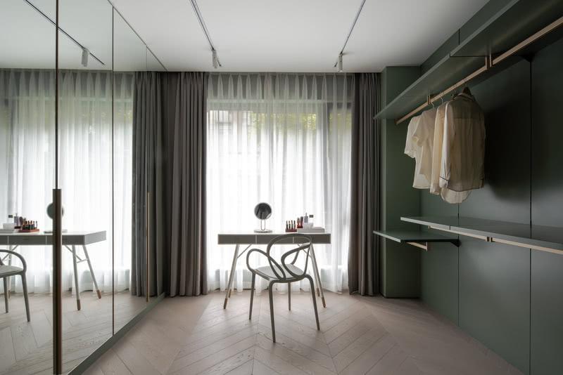 另一面衣柜考虑带镜面柜门的柜体,换季收纳不显的杂乱。柜门也代替镜面,提供更大面积的妆容整理。