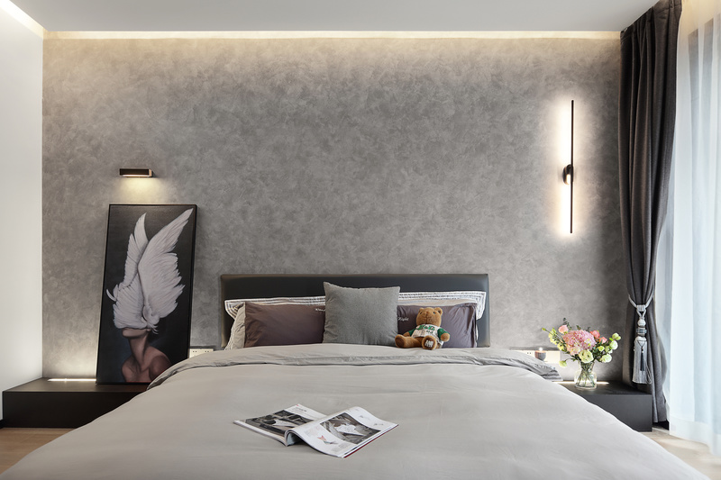 主卧室宽松而独特,吻合业主哥特式审美质感。