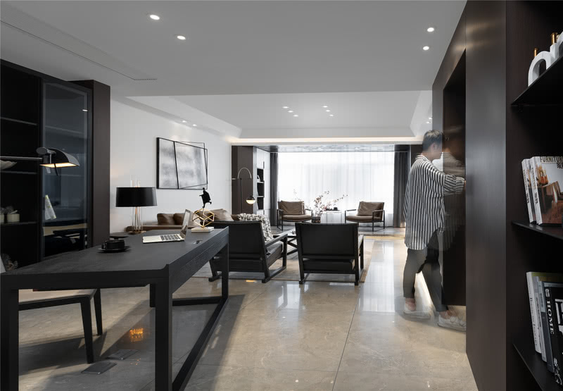 客厅背景墙延伸处设计师特地做了隐形门设计,既不影响整体空间的完整性,又可以将业主父母的卧室巧妙隐藏其中。