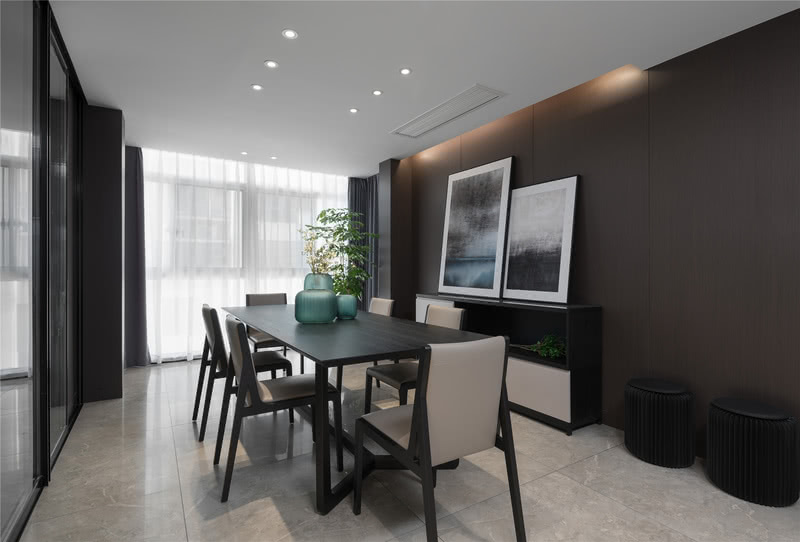 餐厅区域设计师并没有选用常规的排柜,而是选择了矮柜与灯带搭配,使得餐厅背景区域更有层次感。