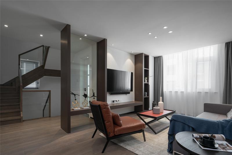 顺着楼梯到二楼,可以看见楼梯、会客厅与书房之间使用了玻璃做隔断,使得三个区域之间的功能做到明确划分,空间之间也有较强的连贯性与通透性。