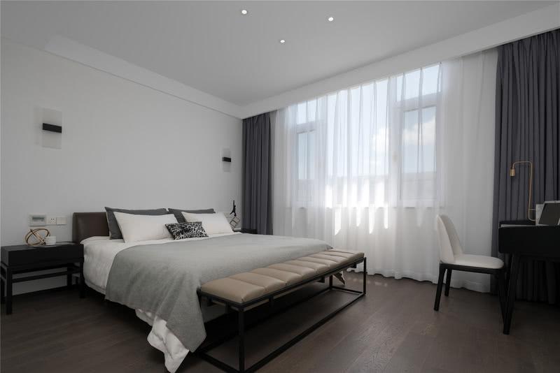 三楼的客房设计师没有做过多的装饰,简约的白色调营造清爽的氛围,在这个房间设计师特地放置了一张书桌,让访客也能拥有舒适方便的个人空间。