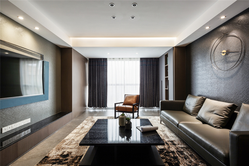 偏深色的客厅,让整个空间都披上了与众不同的格调,设计师在顶面选择留白,与墙面形成反差,少许亮色点缀,让空间多了丝活跃感,让空间不显压抑。