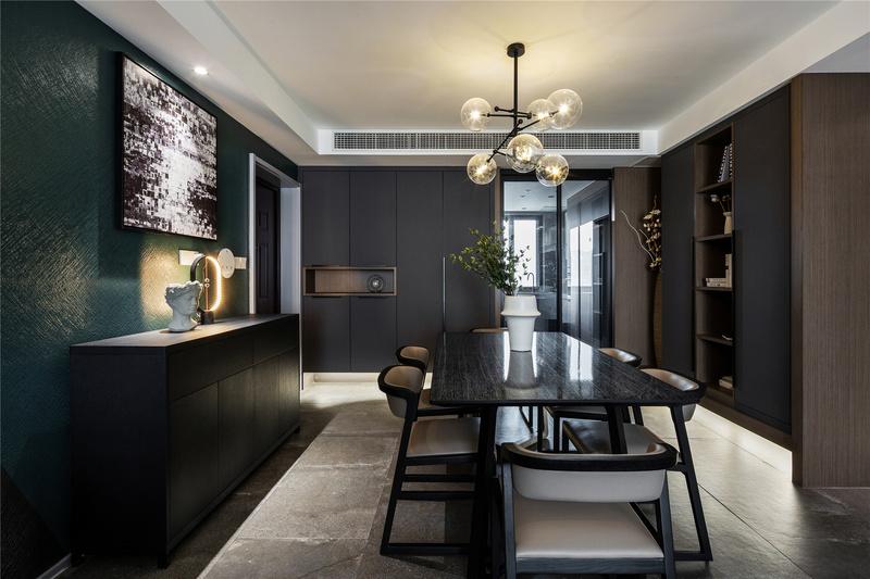餐桌一边设计师做了玄关设计,另一边则增加排柜满足屋主收纳需求,同时也让空间更为饱满,设计师对灯光娴熟把控,极具艺术感。