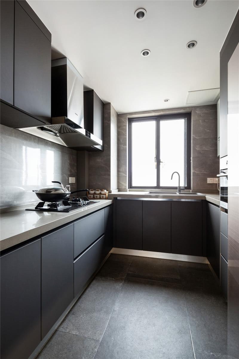 厨房整体依旧是简约为主,高级灰让生活化的空间也更具格调。