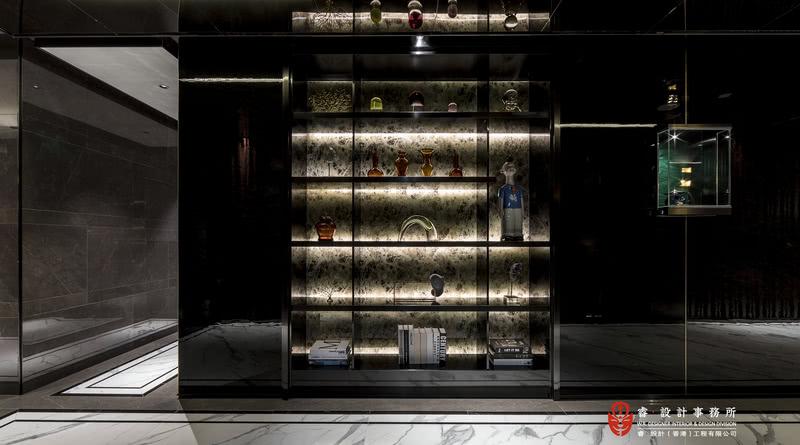 【走廊实景图】目光所及是整排的精致展柜,灯光和材质的组合使得整个走廊呈现艺术展馆的视觉效果。