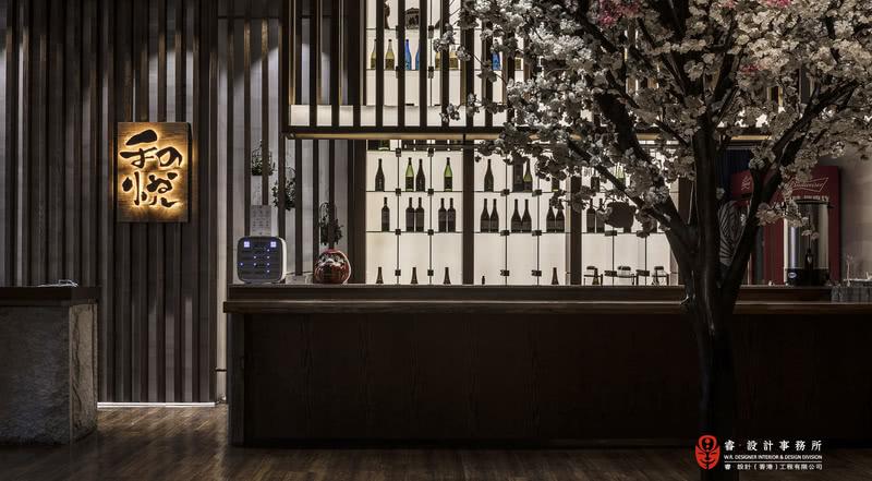 【前厅】在日式文化里,吃饭是一件非常具有感情色彩的事情。所以当你看到《深夜食堂》里,一个个食客夜半进门,等待,然后就着一份料理酝酿情绪,把一顿饭变成了一个充满人情味的故事。
