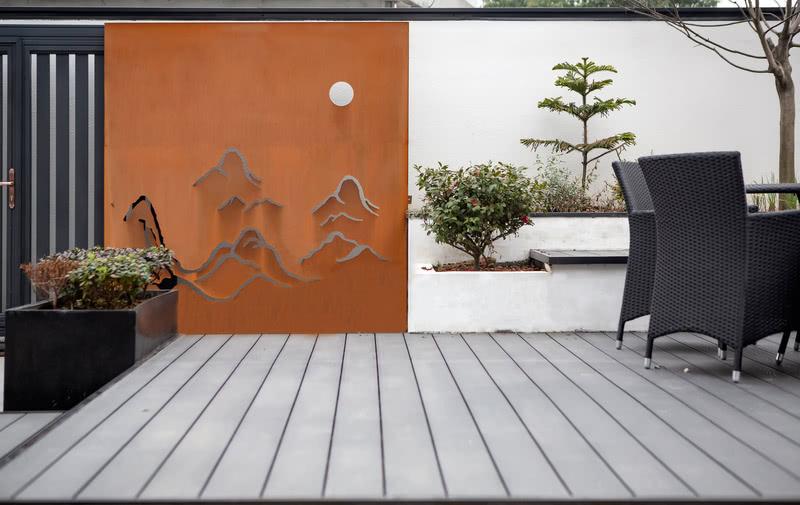 """庭 院 """"休闲的露天院景,烧烤聚会的佳地。""""  锈板图案由设计师亲自挑选设计,点题""""云山伊宅""""的同时,让设计语境显得富有内涵,而不留于表面。"""