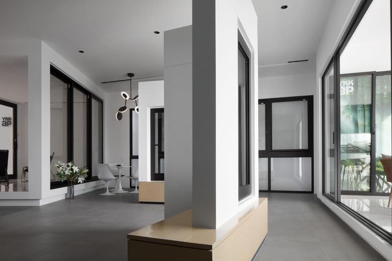 限于展厅空间本身不大,展示区不在局限于传统的展示形式,通过半墙、不规则结构来彻底改变内部空间,使整体空间感觉更加宽敞明亮。最终呈现出来就是一个以产品质量、形状和功能吸引人注意的展示区。