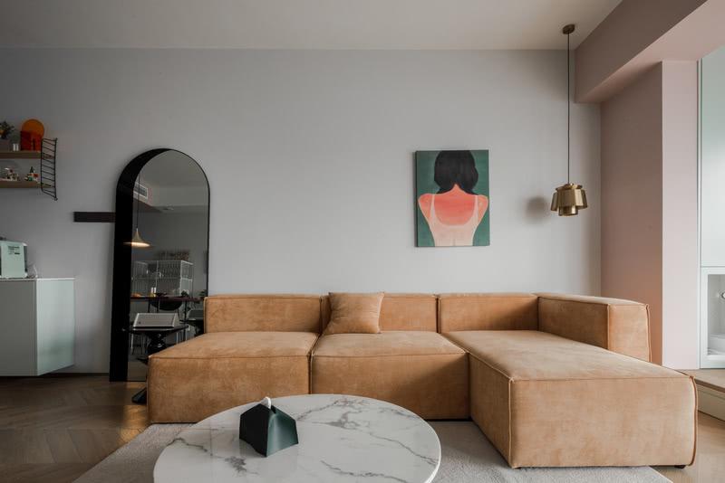 整个客餐厅墙面刷了低饱和度的浅灰色的墙漆,电视背景墙刷了天鹅绒的艺术漆,增加空间材质的层次感,地面铺了业主喜欢的人字拼地板,低饱和度的色彩映衬原木温润的质感。 阳台榻榻米部分墙面和顶面统一刷了浅粉色,柜体采用豆青色的烤漆门板 豆青色的门板和粉色乳胶漆的搭配 青春洋溢又不张扬。