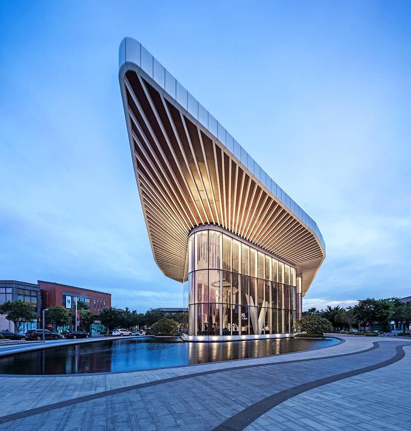 茂名——南方油城,广东省海洋资源城市。新一轮城市总体规划确定了茂名城市理想的空间布局和空间发展方向:组团式结构和向南向东靠海发展。