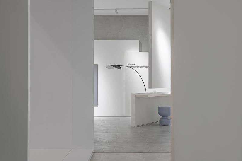 简化布局、简化色彩、简化线条,极简,恰到好处的净,妙到分毫的境。亦是一种极奢,设计师将设计的材质、色彩、灯光简化到最少的程度,却从材料的质感、细节的处理展现出高品质要求。
