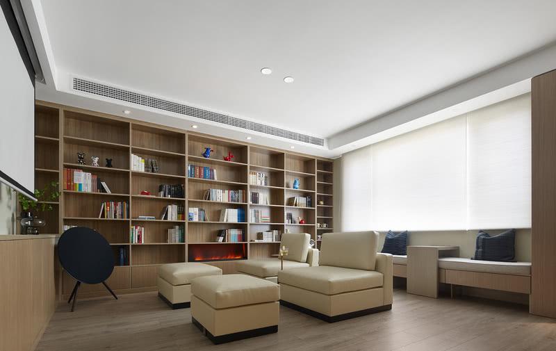 可以随意组合的沙发,是拒绝将生活固化。与飘窗台、小茶几互相配合。可以围合聊天,用故事换酒。可以前后排列,共享一场《乐夏》的表演。而角落里的BO A9音响,低调不安静,是为最好的背景音。