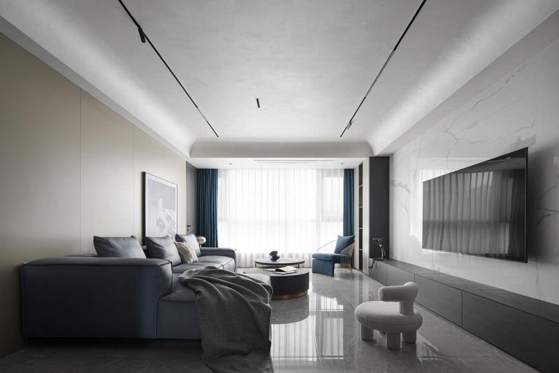 进入无主灯设计的客厅,这里把阳台打空,扩大了客厅的范围,为两个女儿提供成长的空间。