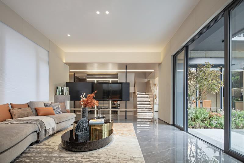 室外的自然光通过落地玻璃窗照射入别墅的内部,户内空间与户外景观融为一体,尽享西江舒适环境。