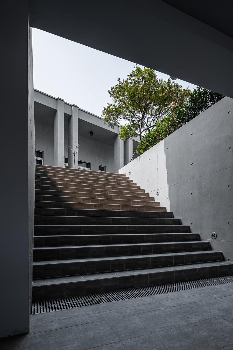 將建築提高半層樓當作地下室(地下室在原本的土地高度),可用於停車及儲藏的功能. 這樣可讓地面潮濕及熱的空氣被風帶走,讓室內涼爽及乾燥.