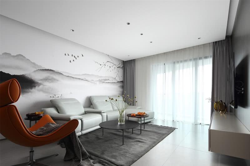 01 SUITABLE / 闲适 惬意悠闲,舒适自在  入户后的客厅开阔通畅,归功于设计师拆掉了原结构中阻碍视野的墙面隔断,让整个空间拥有连贯性,同时也方便了老年居住者活动通行。 老年居住者拥有更为安详平和的心境,客厅中的设计便加入了儒雅的东方元素。一幅中国传统水墨画填满背景墙,静雅婉约、浓淡相宜,奠定了客厅空间温润尔雅的基调。置身于室内,身心缓缓放松下来,意蕴悠悠,自在舒适。