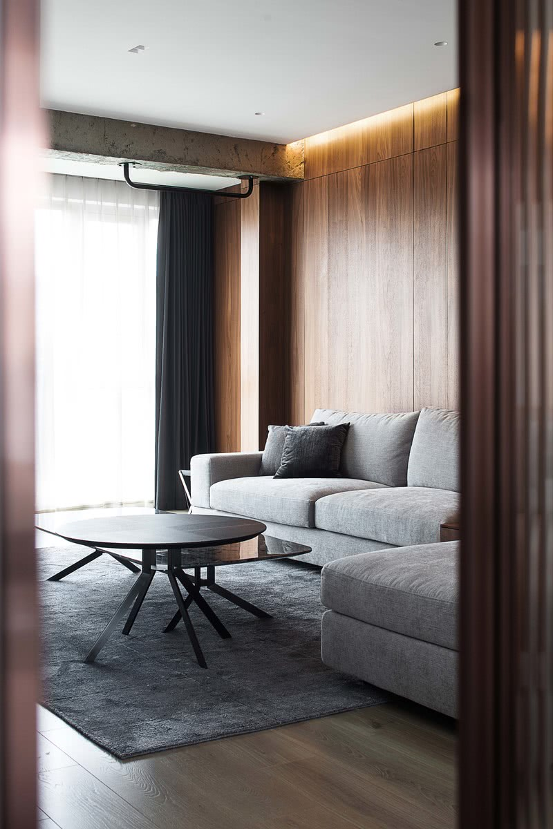 客厅大面积温润低调的胡桃木,为简约的现代家注入无限温柔。柔软的布艺沙发、皮质扶手椅、岩板茶几,材质的融合碰撞,营造空间的秩序感和节奏感。