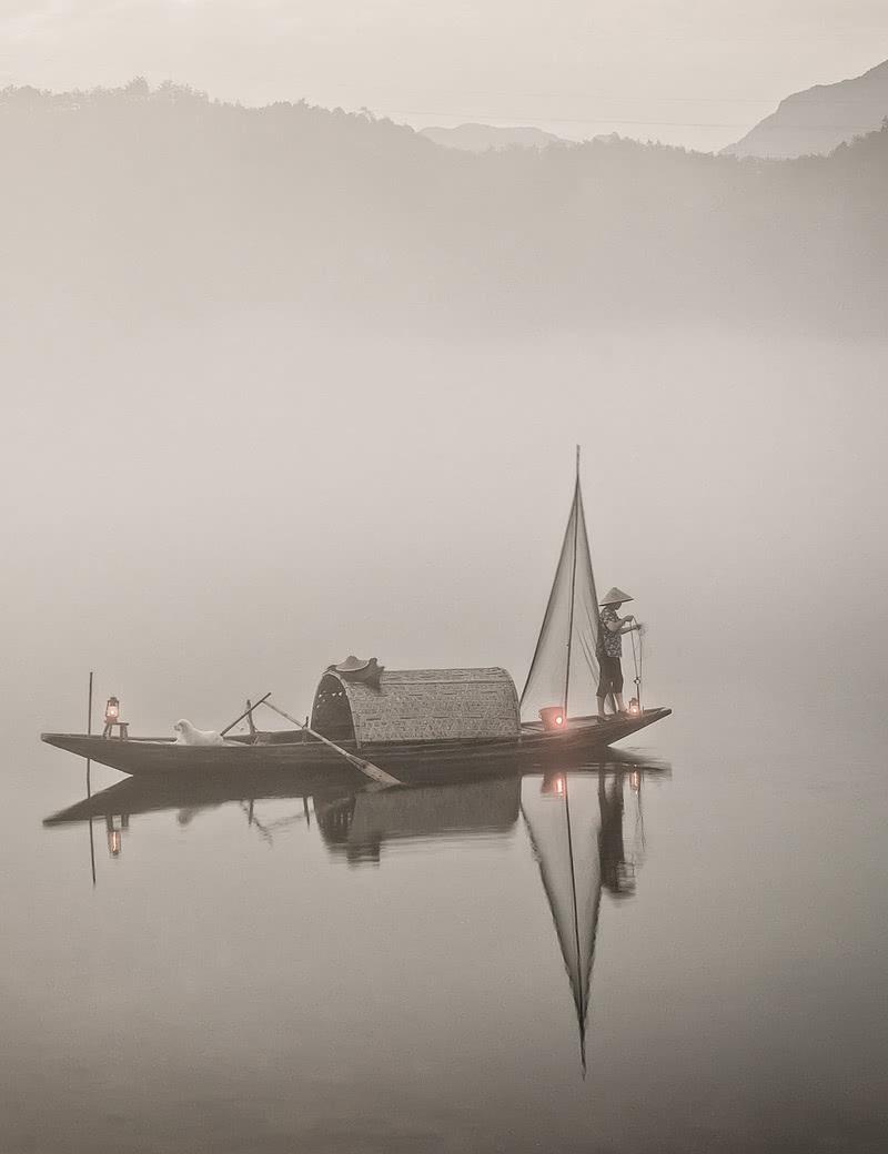 """当代艺术重塑生活之美  CONTEMPORARY ART   RESHAPES THE BEAUTY OF LIFE  -  从乌篷船取意、转译  将江南水乡的温润气质  融于空间场景之中  Inspired and took ideas of Wupeng boats,  intergret the gentleness of  Canal Towns in South of the Yangtze  into the space scene.   琴上景园,由新建元控股集团旗下建屋发展开发,落址于江苏常熟城铁片区核心地段,以江南造园手法,打造现代智慧的低密度社区,为注重品质体验的城市人群带来全龄宜居精品。其营销中心的室内设计由朗联设计担纲,软装则由其旗下品牌IN SPACE空格设计实现。    秉承""""格物至善,持之以新""""理念的朗联 RONGOR,一贯基于对地缘、环境、科技、人文的思考,在理性、秩序与功能性之上,以场景化创造和现代化演绎,回归到对生活本质与人居美学的思考。这一次,朗联 RONGOR 将琴上景园营造为一个生活美学体验馆,设计灵感来自江南水乡乌篷船的结构、质地与线条,以抽象化的笔法烘托温润格调,延展当代设计的丰富性和先锋性,予人美学体验与感官享受。"""