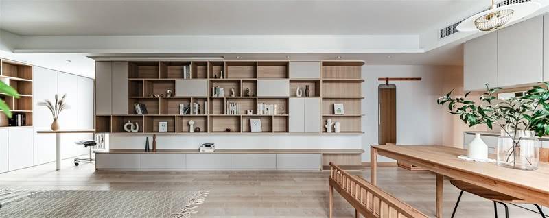 以客厅为中心延伸到其他区域,用相同的材质串起空间的每一个环节,汇集出对生活的情感。柜体元素是展示也是储物,更是日常的印记。