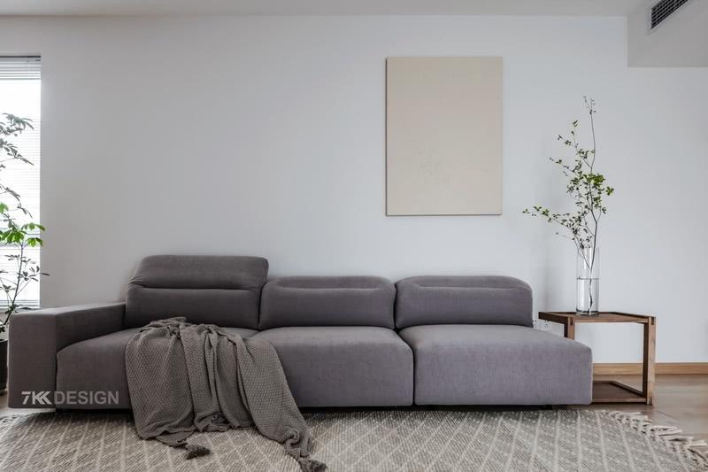 北欧风情的灰色沙发,沉稳而低调,搭配寓意带来幸福的日本吊钟,纯净白色的墙体,饱含生机而不失气质,看一眼便能让人内心平和而舒适。