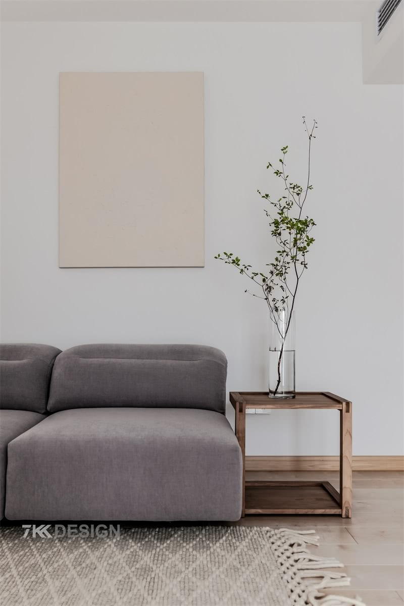 日式风格的一大特性在于它的绘画性,一步一小景,一窗一世界,我们将窗景、绿植等装饰元素不动声色地融入设计,让人居于景中而不知。