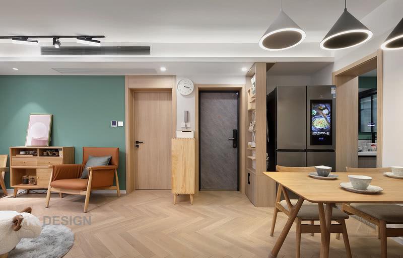 打开门,首先映入眼帘的是餐厅和客厅,木色材质的应用满满的自然清新感扑面而来,柔和优雅,让人倍感温馨舒适。采用客厅餐厅一体布局,可使客厅与餐厅有效结合,更具空间感和整体感,这样不论是客厅还是餐厅,视觉上都更显通透和宽敞。