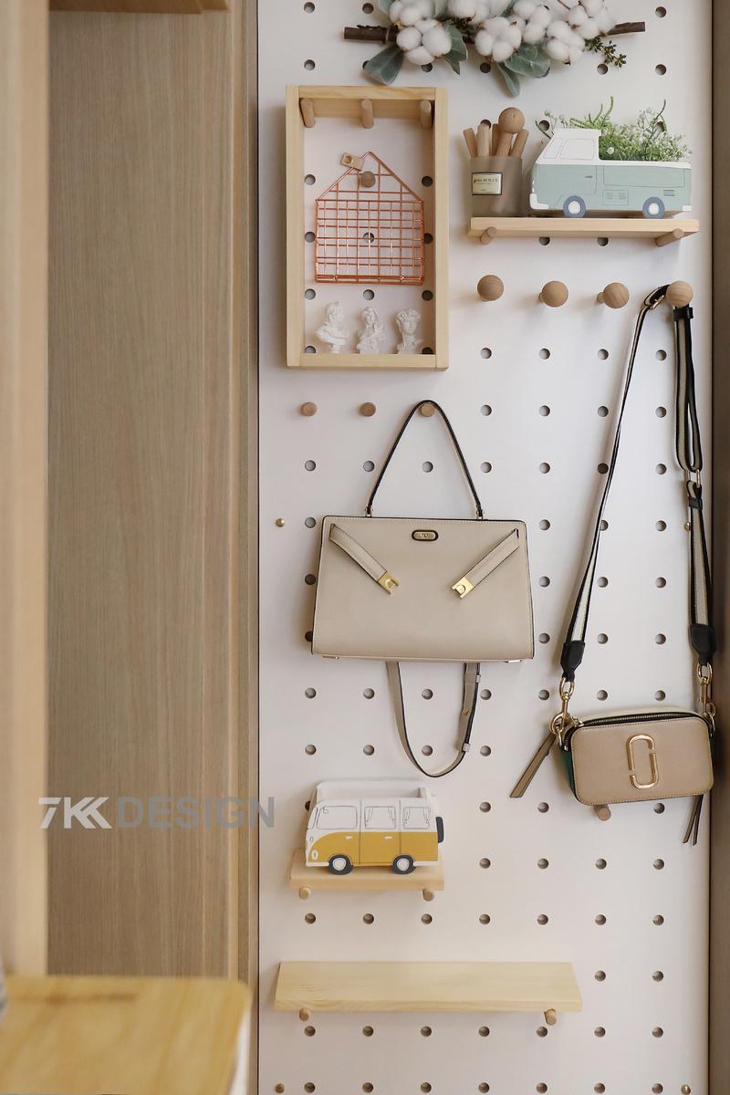 左手边做了板板洞的设置,非常小的占地面积,而且颜值颇高,深受年轻人的喜爱。用在居家里头可以让人眼前一亮,名副其实的时尚元素,收纳也是杠杠的。可以用来放置包包装饰物件。
