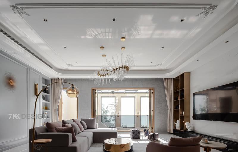 高级质感灰色沙发,搭配质感的黄铜落地灯、茶几、装饰柜,无处不散发着精致、轻奢的气息。