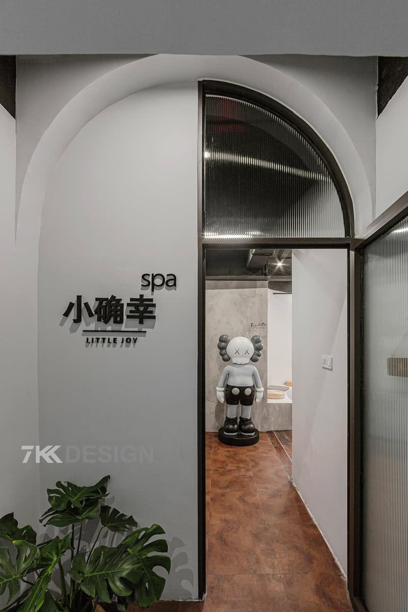进门处采用不同材质的拱门设计,将轻盈通透的玻璃门与厚重的墙面形成鲜明的对比,暗示着时间的快慢交替。