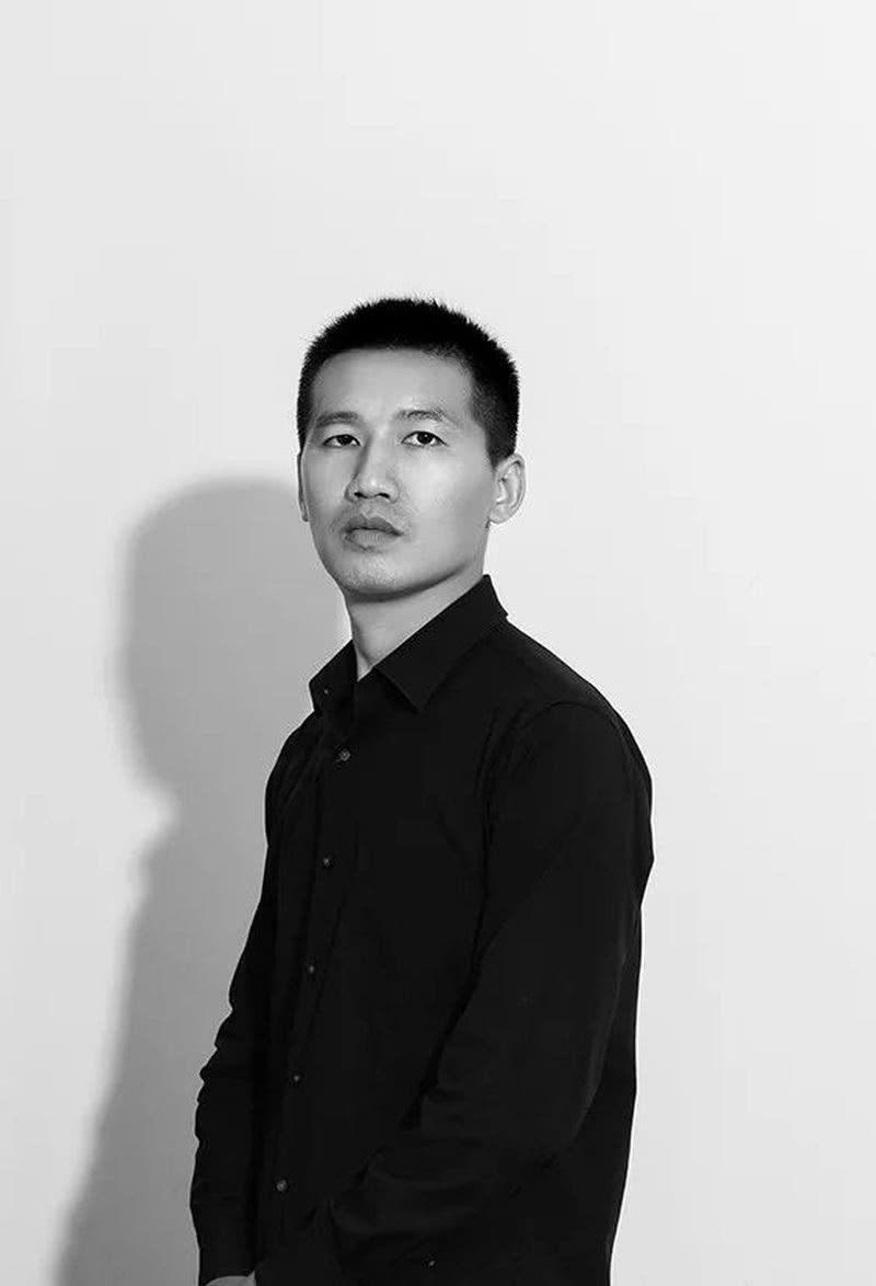 """埂上设计  联合创办人/设计总监  2014年,青年设计师李良超在深圳创办了「埂上设计」 —— 中国当代前沿的室内设计公司,致力于为客户提供专业及优质的设计服务,设计范畴包括精品酒店、地产、商业、办公、会所与别墅的室内与软装设计,用艺术的手法打造空间的无限可能性。  李良超关注自然、艺术、空间、材料,注重空间与物体之间的关系,从人文、结构、材质各个维度,创造出与艺术共生的体验空间,从而演绎生活的自由与塑性。  在他的引领下,埂上设计重视建筑空间与地域文化的探索,融纳多领域人文、自然、艺术等元素实现空间设计策略,致力于探讨建筑与材料、工艺与细节、形态与光影间的互动,诠释人、空间、自然环境间亲密无间的联系,以当代设计语言营造""""高于生活的艺术"""",构建独特的场域。多年来,以严谨专业的工作态度和灵动的创意,服务众多地产、商业与高端私人客户,为合作伙伴所赞誉。    以下为课程分享实录(有部分删减和改动)  大家好,我是「埂上设计」联合创办人/设计总监李良超,今天我要分享的主题是《网红精品酒店的设计逻辑》。    商业设计的核心价值 得到消费者的青睐,赢得市场竞争 CORE VALUE  助力客户赢得市场竞争,助力客户赢得商业回报,是我们做商业设计坚持的核心价值。当今市场环境下,得消费者心者得天下。我们常常强调,商业设计面对的终极客户是""""消费者"""",是""""客户的客户"""",如何洞察不同消费群体的需求与心理,成为项目前期的研究重点。  近十年来,互联网的广泛普及,改变了人们习以为常的消费模式,助推着全新消费环境的形成。从大数据中我们可以看到,互联网深度参与了消费者的旅行,重塑着旅行的方式与意义 —— 行前搜索、行程预定、行前准备、在地浏览、经历分享均可通过线上平台完成。"""