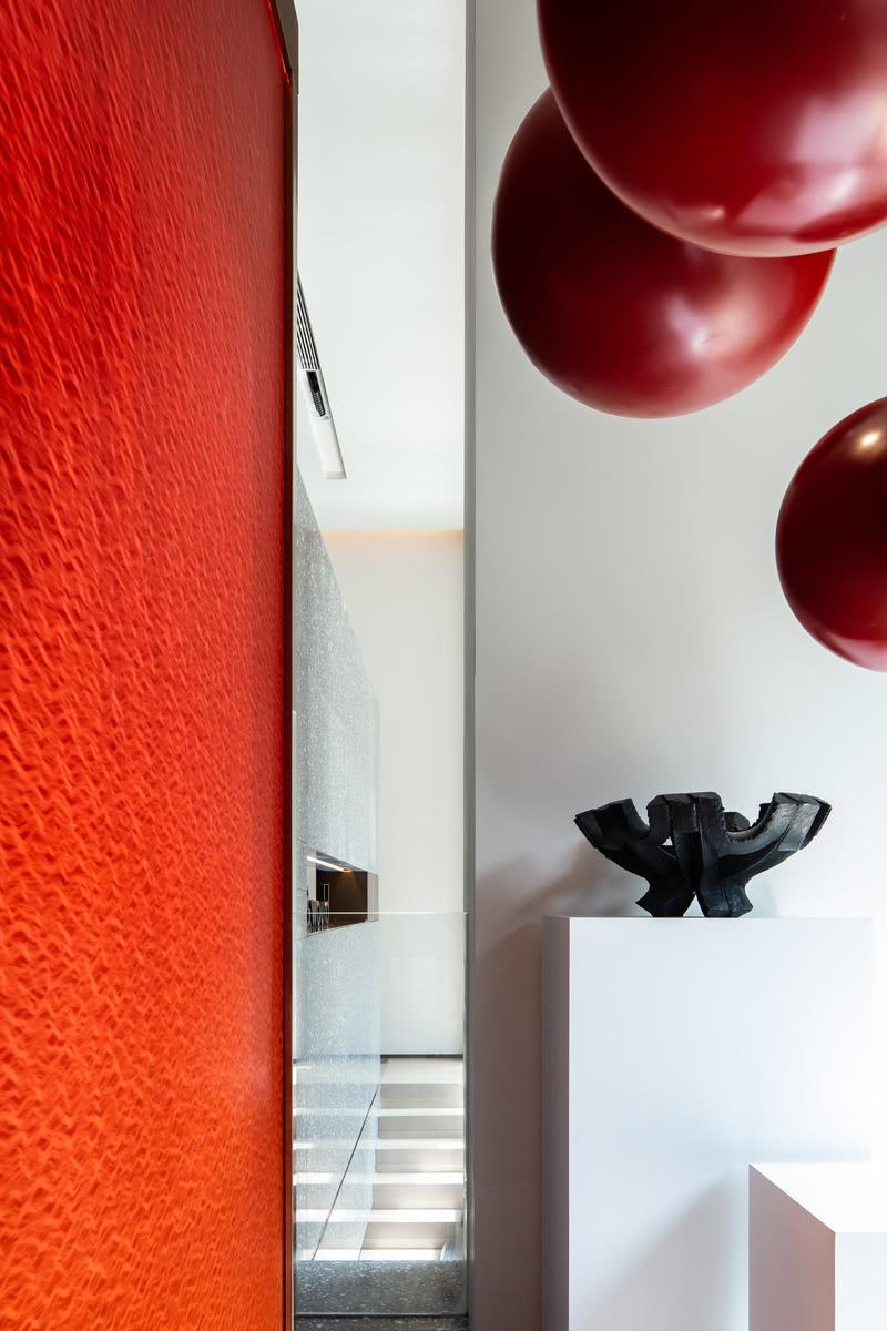 地下一层规划为艺术展厅及沙龙聚场,设计上更为开放,以艺术品本身作为媒介,形成地下空间的动线分割。