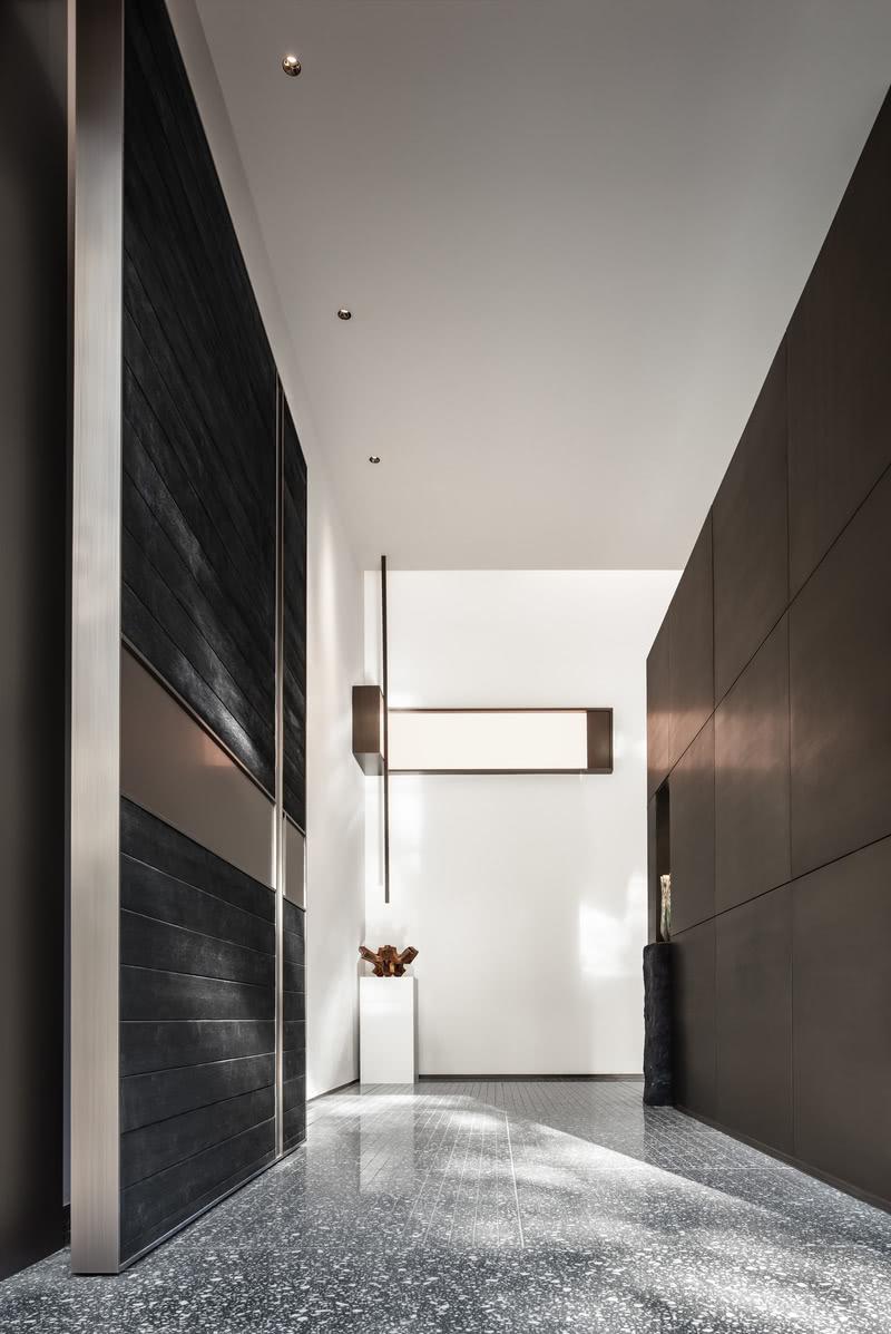 在挑高处,木盒子围合的办公空间,也打开了细长的开窗,局部的景观被精心而巧妙地设置,通透的空间对立面,带来上下界面的流动,楼上楼下的交流也由此而展开。