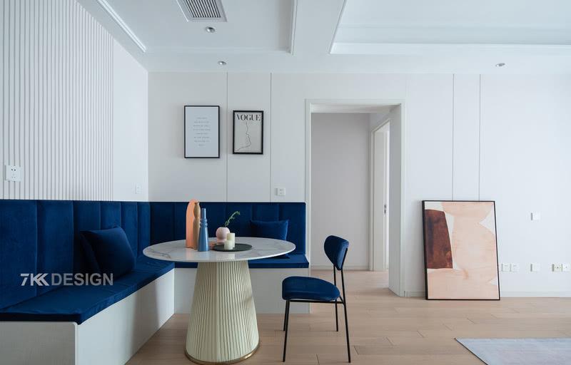 从玄关延伸进来是餐厅空间,餐厅摒弃常规的餐桌椅样式,设计卡座,节省空间同时底下还有可以收纳的空间。正对卡座的背景墙采用石膏板造型和客厅电视背景墙协调一致,简洁大气。