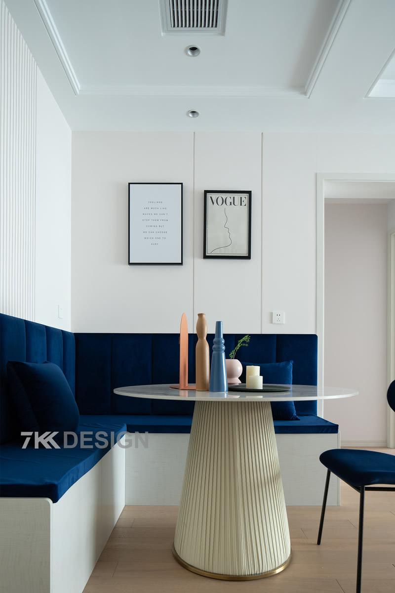 墙面两幅简约的装饰画点缀,使得整个餐厅设计非常有品味有情调。精致的餐厅、美好的心情、美味的食物,人间乐事,不过如此。