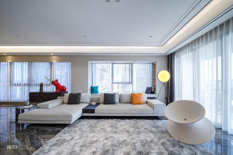 分散光源的巧妙组合、明暗层次的虚实对比,进一步增强了客厅的质感与空间感 犹如浩渺烟波般的大理石地板层次丰富、平静柔和,起到调剂空间色彩的作用,平衡统一的视觉效果臻至完美