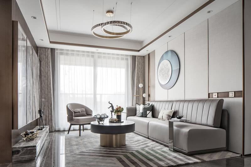 一字型沙发充分拉伸客厅的宽大的进深。象征着平静湖面的壁饰与窗外的水系彼此映衬。请输入图片说明