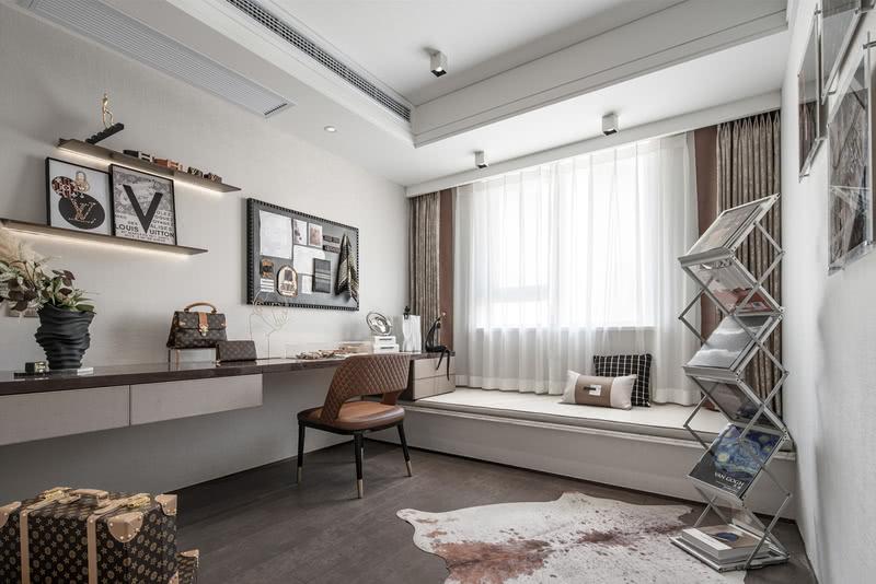 北面房间空间开阔,依然带有超长阳台,软装布置为皮革主题工作室。请输入图片说明